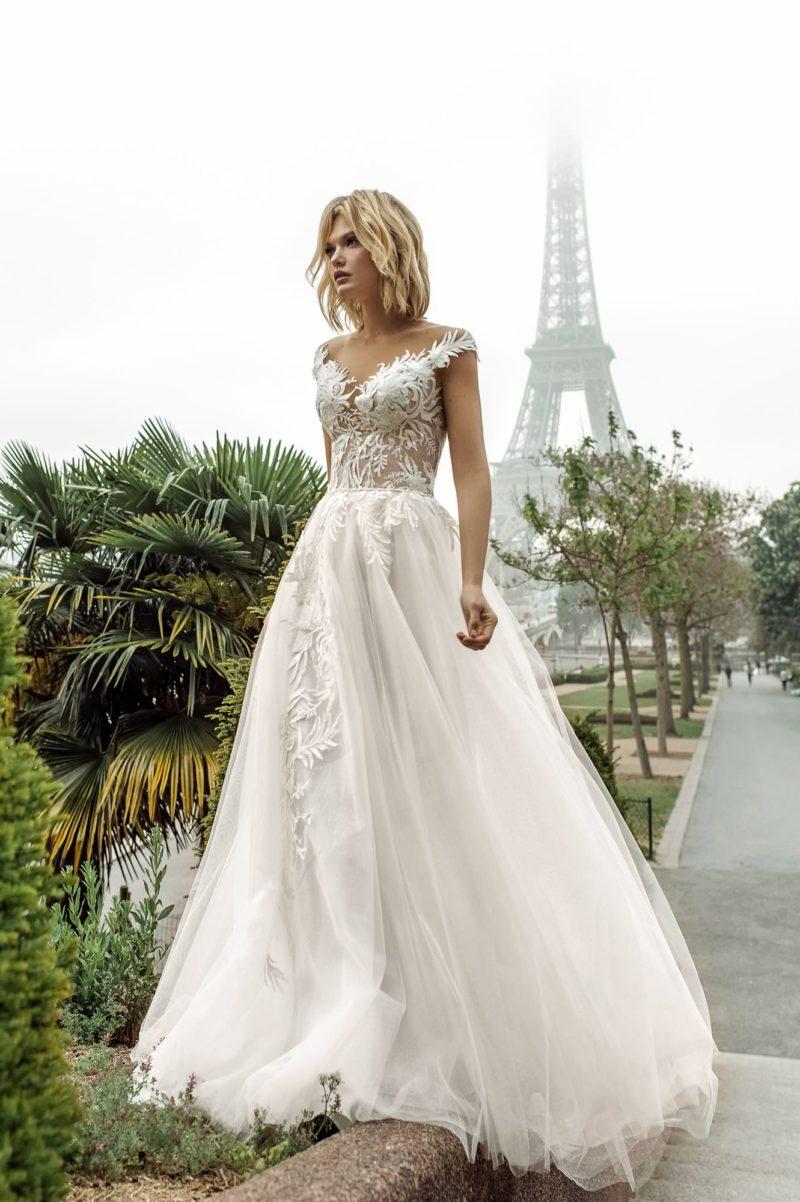 Свадебное платье традиционного кроя с облегающим верхом