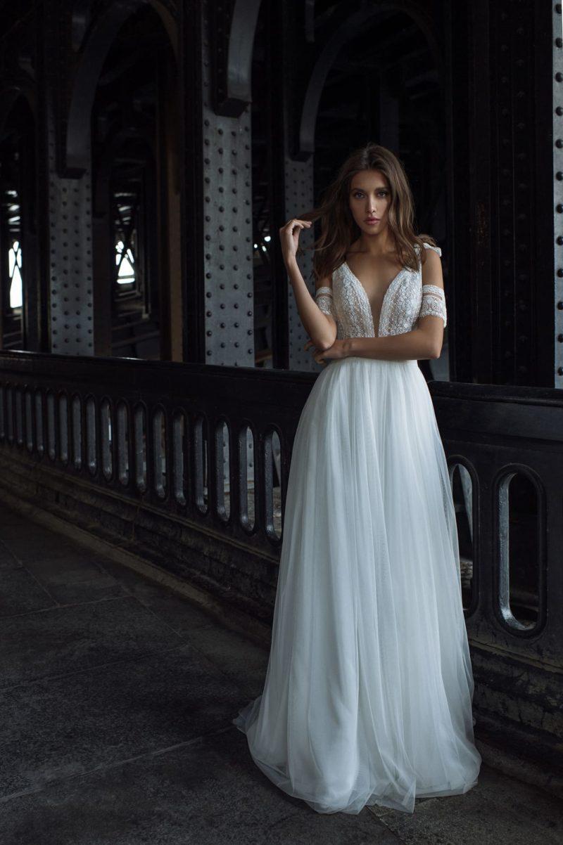 Женственное и чувственное свадебное платье с летящей юбкой