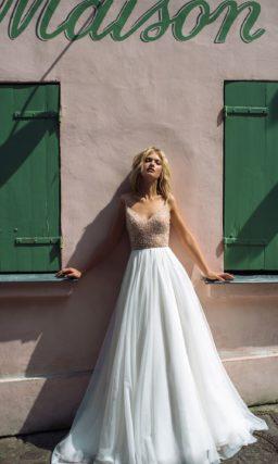 Свадебное платье с пышной юбкой и мерцающим верхом