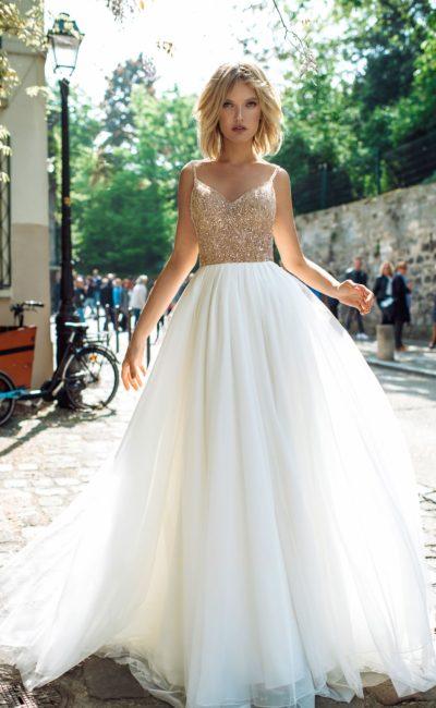 Нарядное свадебное платье с пышной юбкой