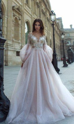 Свадебное платье с богатым декором