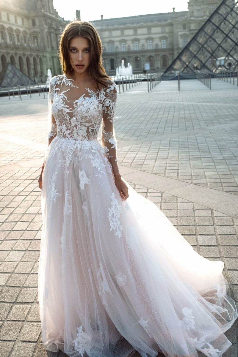 Свадебное платье с ажурным цветочным декором