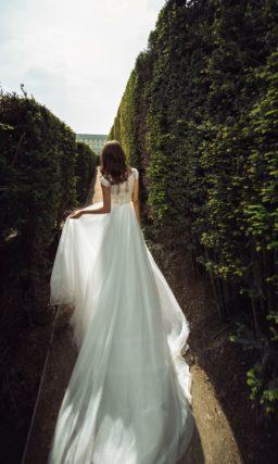 Свадебное платье с закрытым верхом и струящейся юбкой