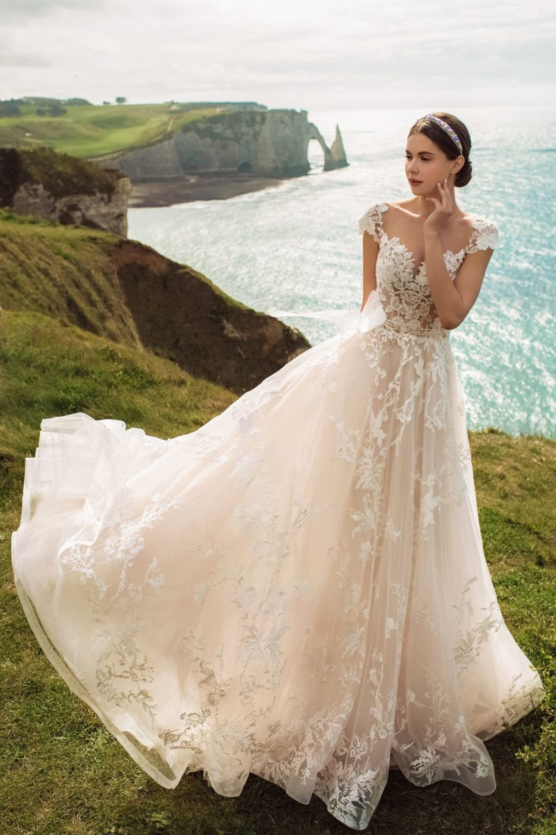 Свадебное платье с традиционным кроем и трапециевидной юбкой