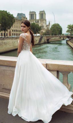Свадебное платье прямого кроя со свободной юбкой