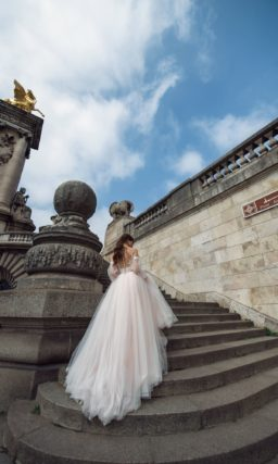 Пышное свадебное платье персикового оттенка