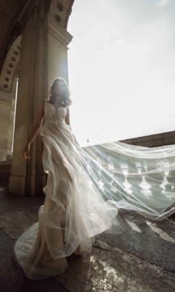 Соблазнительное свадебное платье приталенного кроя