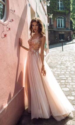 Приталенное свадебное платье розового цвета