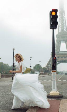 Закрытое свадебное платье белоснежного цвета