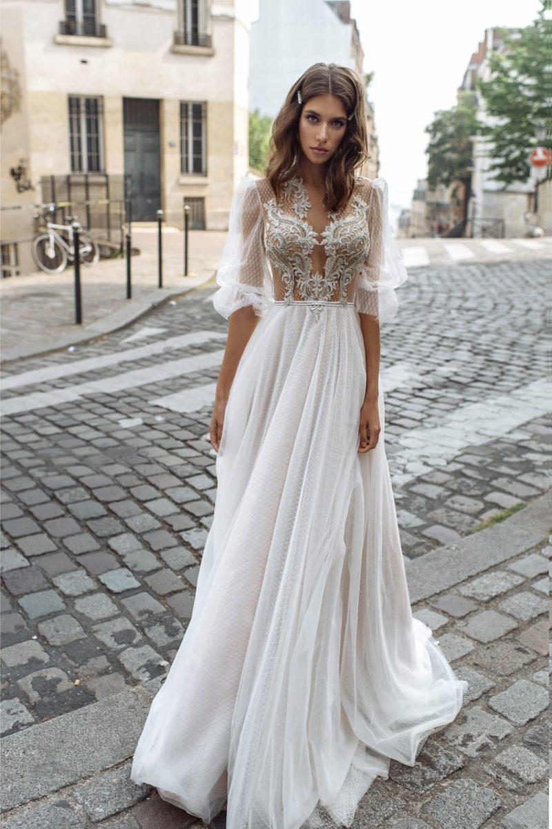 Приталенное свадебное платье в бельевом стиле