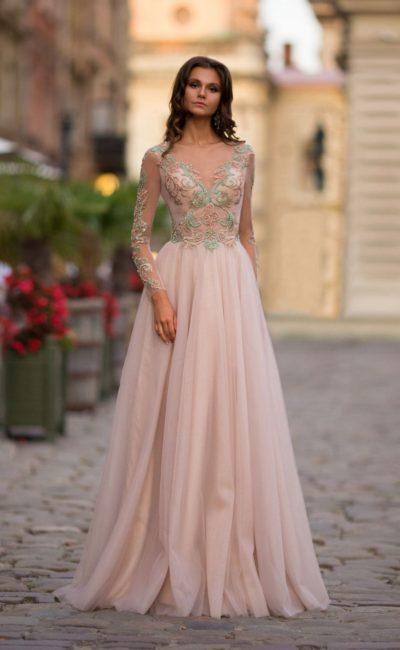 Платье с рукавами пудрового оттенка