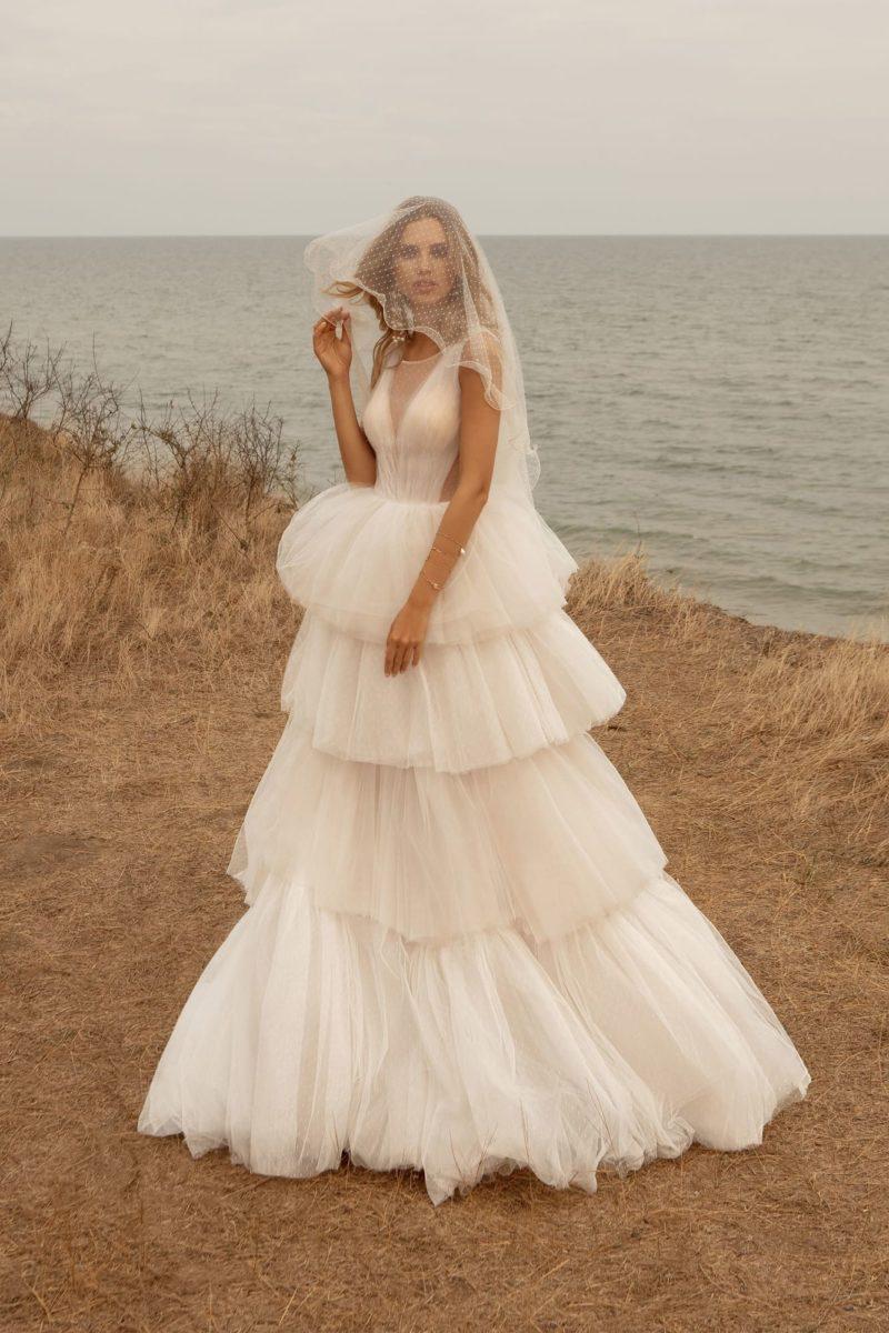 свадебное платье с многослойной юбкой из горизонтальных рюш
