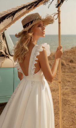 укороченное свадебное платье из молочного атласа
