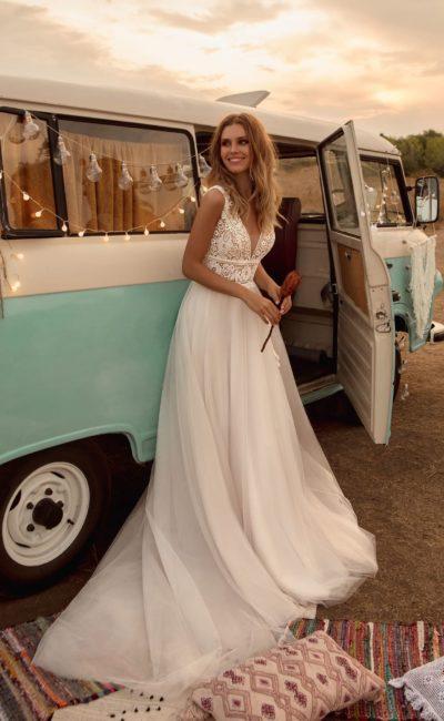 свадебное платье с женственным приталенным силуэтом и многослойной юбкой