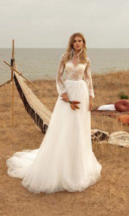 свадебное платье с приталенным силуэтом и деликатным декором