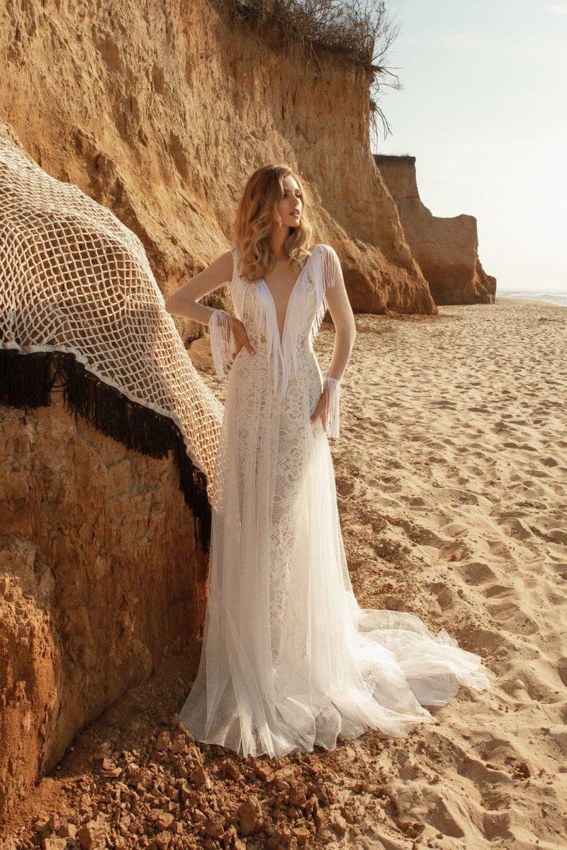 Приталенное свадебное платье из полупрозрачных тканей