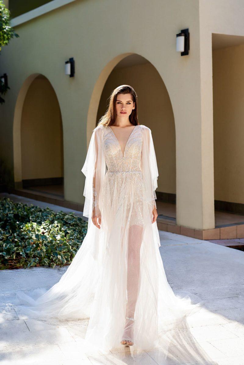Платье с прозрачным шлейфом