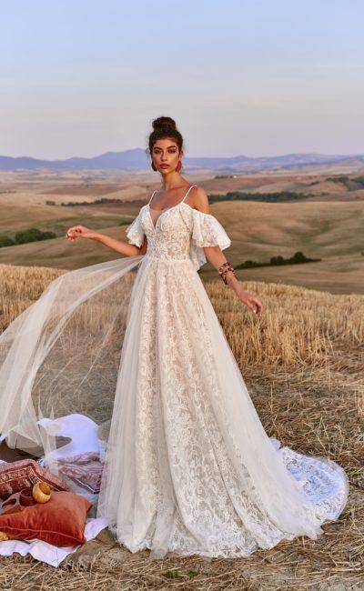 Кружевное платье с легким шлейфом