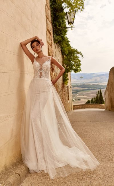Свадебное платье с легким шлейфом