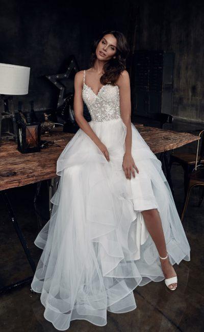 Пышное свадебное платье с многоуровневой юбкой