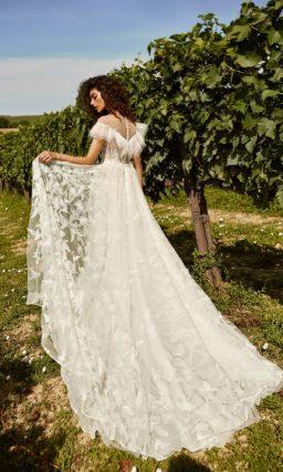 свадебное платье цвета айвори с легкой ажурной юбкой