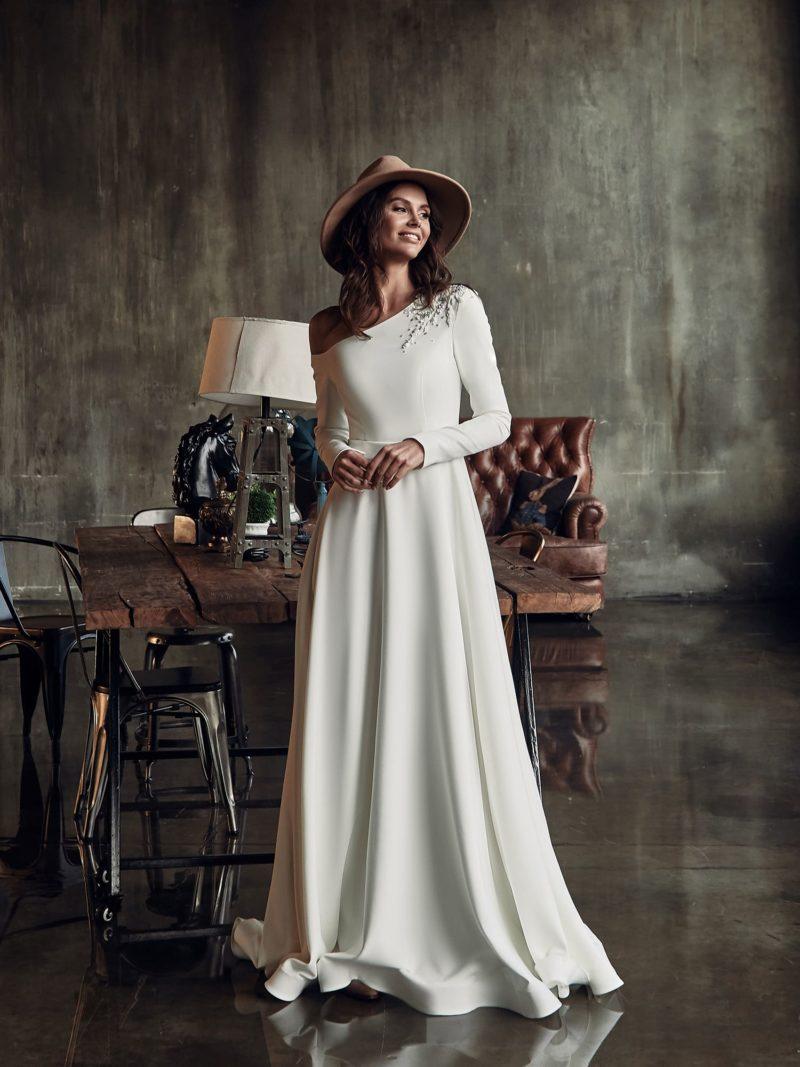 Прямое свадебное платье с рукавом
