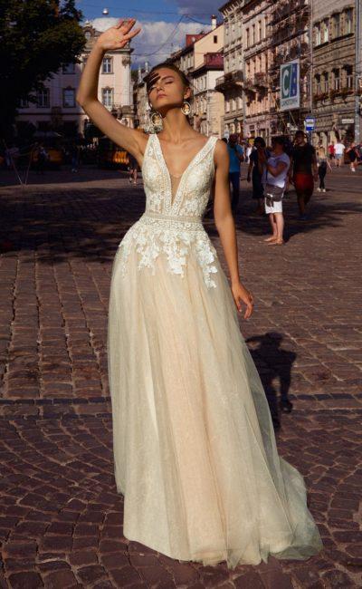 свадебное платье тёплого оттенка