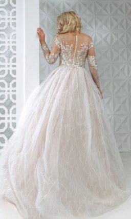 Пышное свадебное платье с роскошным декором.