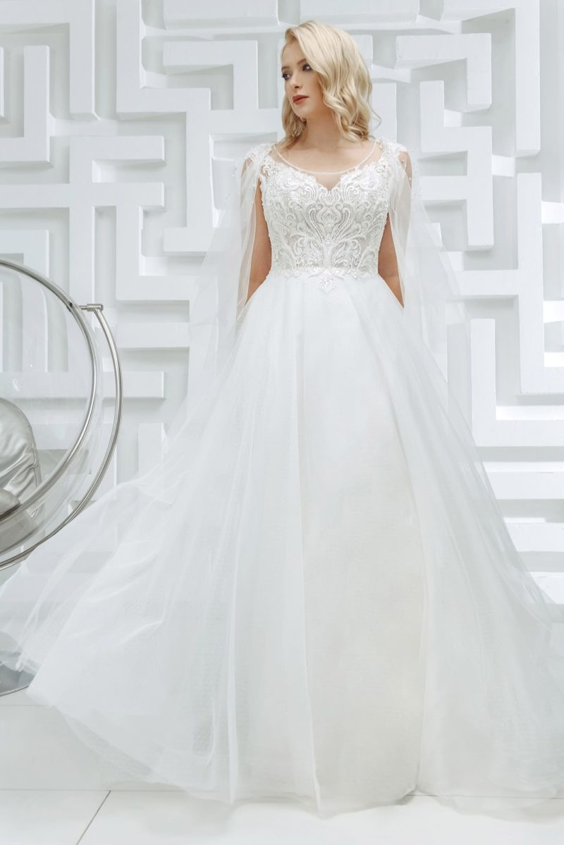 Пышное свадебное платье с кейпами и мерцающим лифом