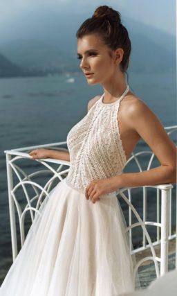 Открытое свадебное платье с многослойной пышной юбкой