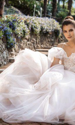 Изысканное легкое свадебное платье