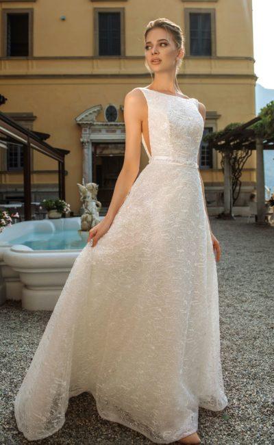 Минималистичное свадебное платье с приталенным силуэтом