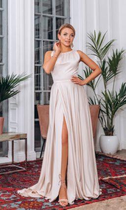 Длинное вечернее платье из пудрового атласа