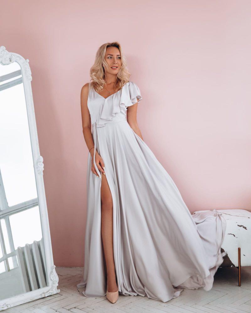 Вечернее платье длины макси из атласа