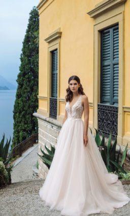 Свадебное платье пудрового цвета с пышной легкой юбкой