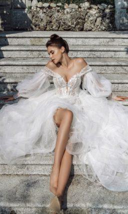 свадебное платье с выразительными особенностями кроя
