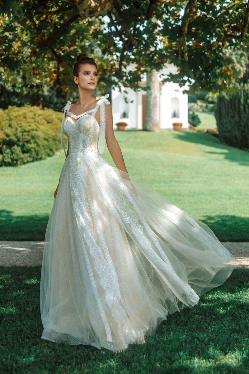 Пышное кружевное свадебное платье оттенка айвори