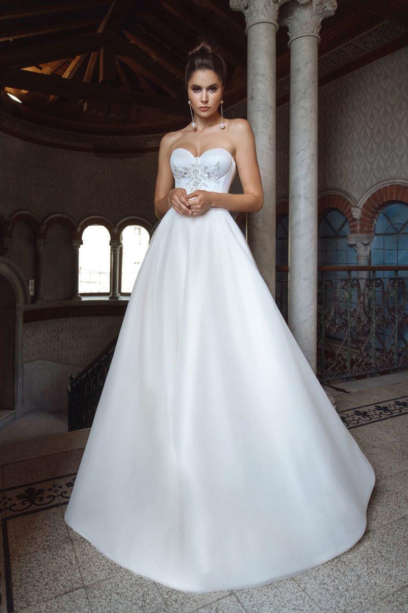 Пышное свадебное платье из ткани в мелкую сеточку