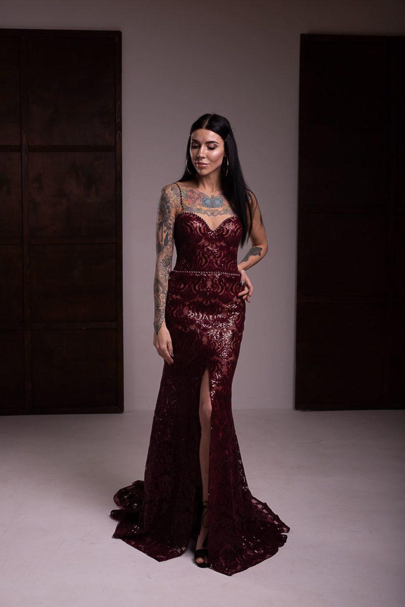 платье силуэта рыбка глубокого оттенка