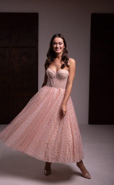 платье пудрового оттенка с пышной юбкой миди