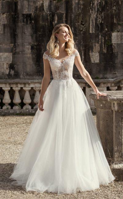 Пышное свадебное платье с кружевной отделкой
