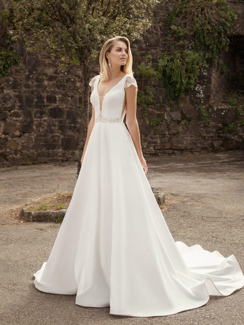 свадебное платье из атласа с кружевным декором