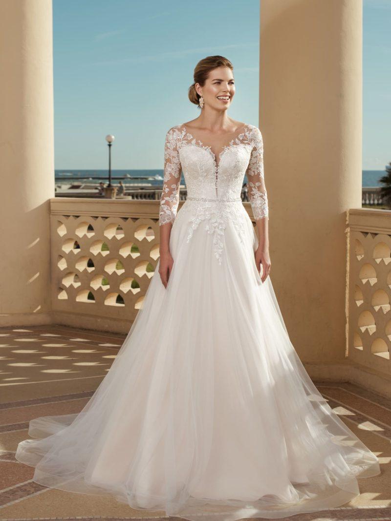 сдержанное свадебное платье с пышной юбкой