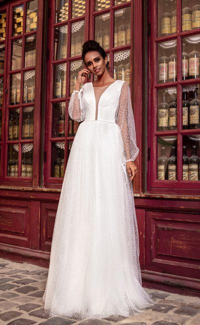 Свадебное платье с длинными рукавами и воздушной юбкой