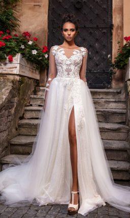 Свадебное платье с длинными рукавами и роскошным декором