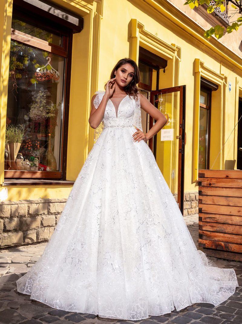 Пышное свадебное платье с волнистым шлейфом