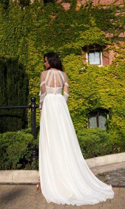 Свадебное платье  декорированное кружевом