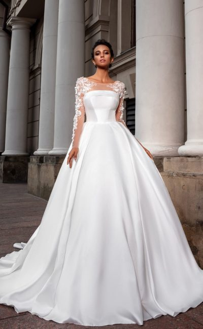 Пышное свадебное платье из атласа