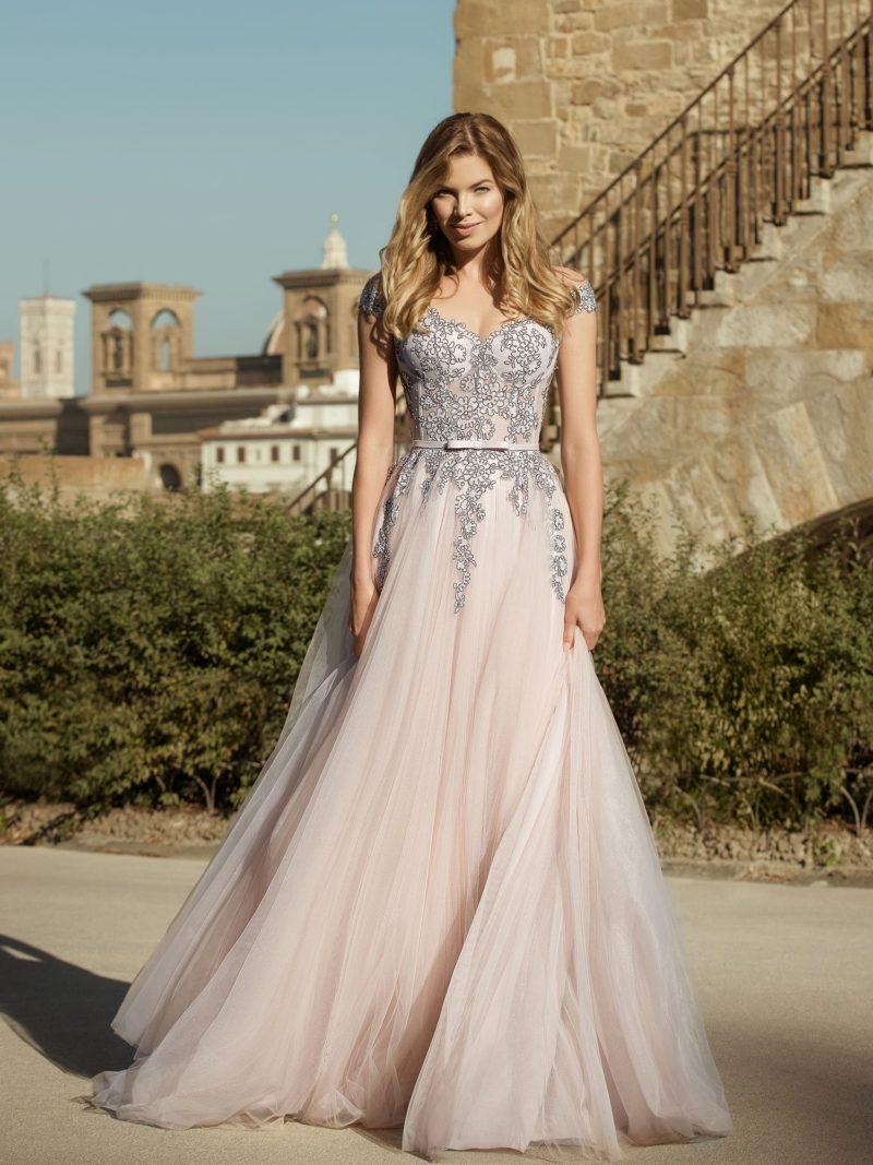 Свадебное платье с пышной юбкой и контрастным декором