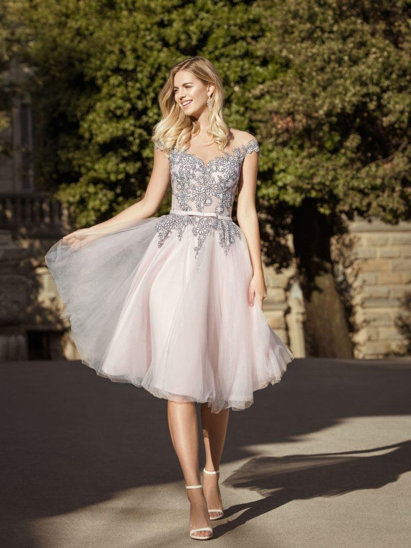Короткое свадебное платье с легкой пышной юбкой